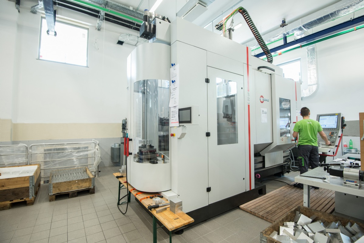 Hermle C22 U - the first 5-axis machining center with pallet changer